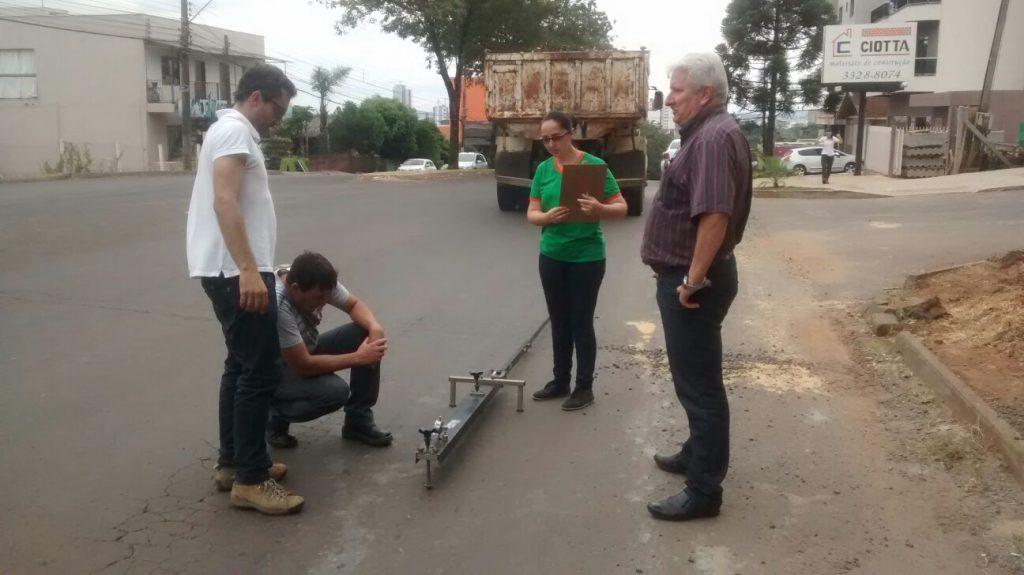 Vereador Gringo acompanha restauração do asfalto no Seminário