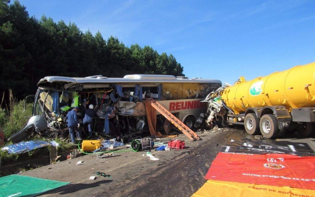 Colisão entre ônibus e caminhão deixa quatro mortos e 13 feridos