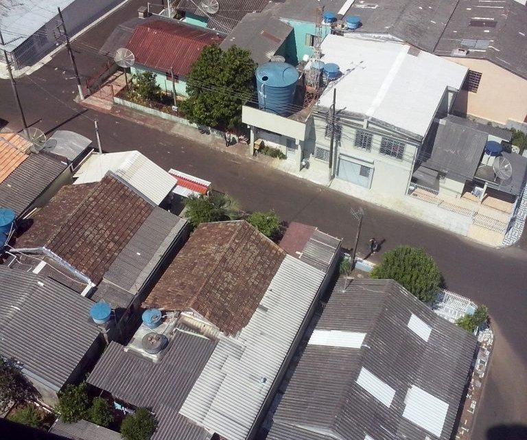 Helicóptero da Polícia Civil auxilia Secretaria de Saúde de Chapecó para identificar locais de possível foco de dengue