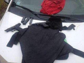 Polícia Militar evita assalto a banco, apreende armas, colete, recupera carro roubado e detém um suspeito
