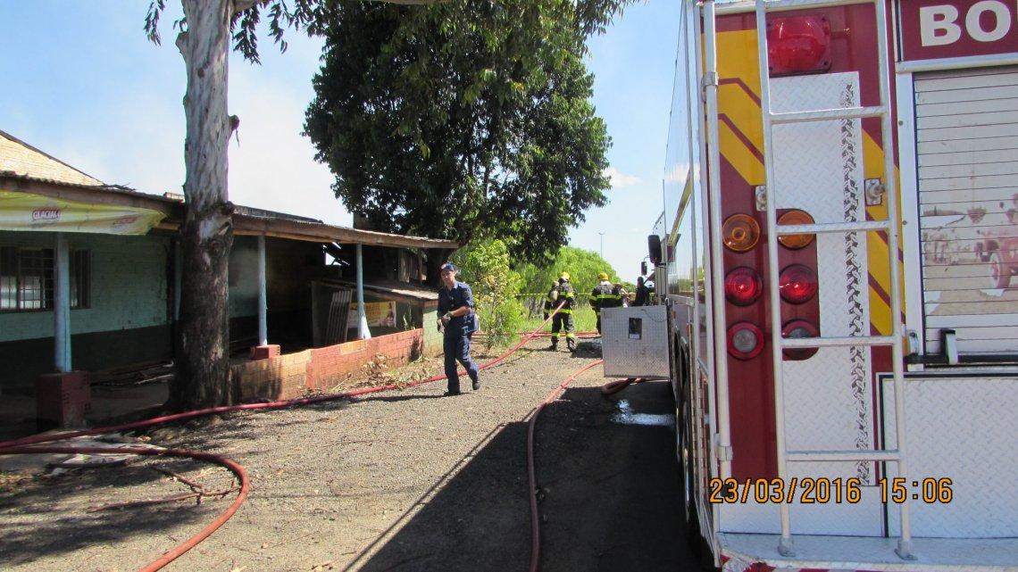 Bombeiros combatem incêndio em casa desabitada na Nereu Ramos