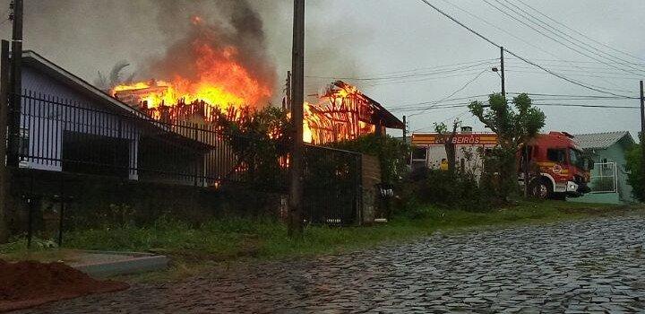 Casa é destruída por fogo no bairro Paraiso