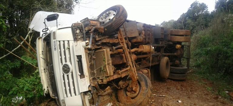 Caminhão de São Paulo tomba na 283 em Seara