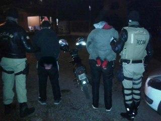 ROCAM detém dupla com motocicleta  e demais sinais identificadores adulterados.