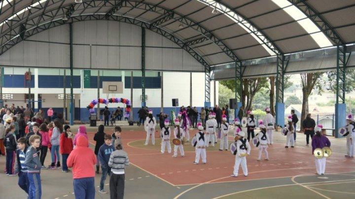 Quadra poliesportiva da EBM Rui Barbosa ganha cobertura