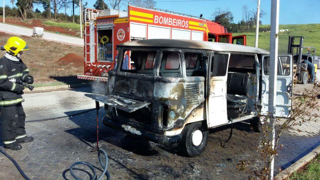 Kombi pega fogo no Faxinal dos Rosas
