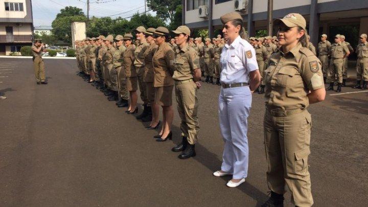 Integrantes da primeira turma de policiais militares femininas recebem promoção a sargento