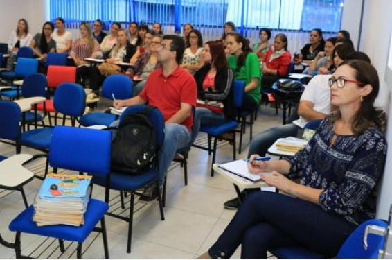 Cerca de 3 mil profissionais da educação recebem formação continuada em Chapecó