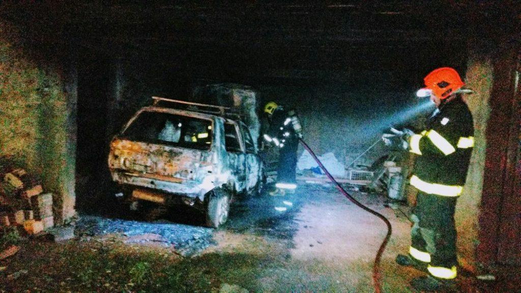 Chapecó-BOMBEIROS COMBATEM INCÊNDIO EM VEÍCULO ESTACIONADO EM GARAGEM