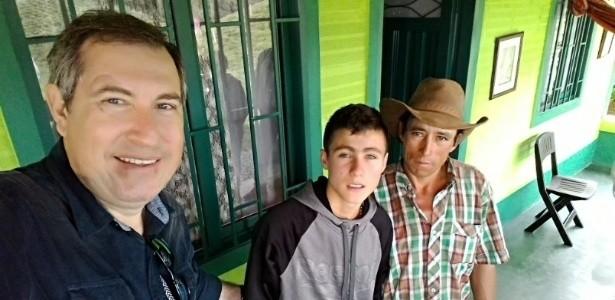 """Rafael Henzel sobrevivente do acidente aéreo com avião da Chapecoense se encontra com o """"anjo"""" e agradece por ajuda em resgate"""
