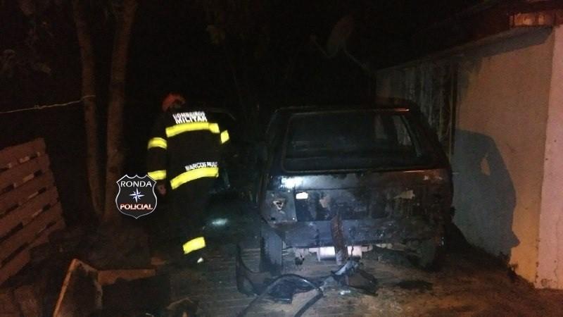 Veículo é consumido pelo fogo durante a madrugada no bairro Jardim Itália