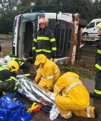 Motorista fica ferido após caminhão tombar na BR-480 em Chapecó