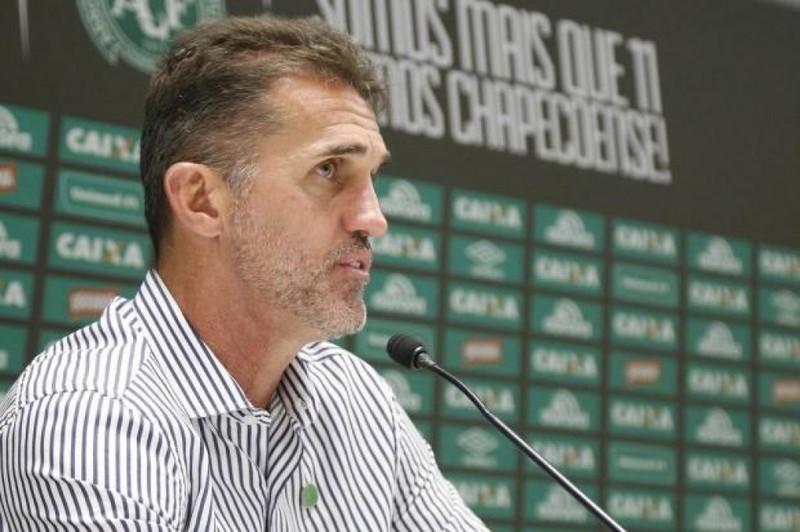 """""""É um absurdo levar nove gols em dois jogos"""", cobra Vagner Mancini após derrota da Chapecoense"""