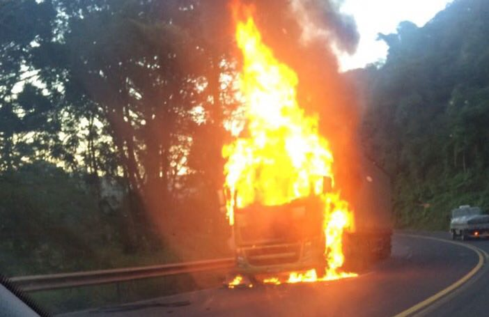 Cordilheira Alta – Carreta pega fogo na SC 157
