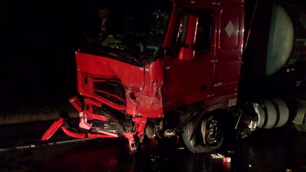 Acidente gravíssimo entre carro e caminhão no porto Goio-ên