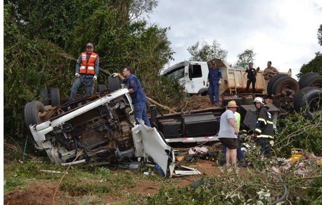 Guaraciaba – Carreta tomba e deixa dois mortos