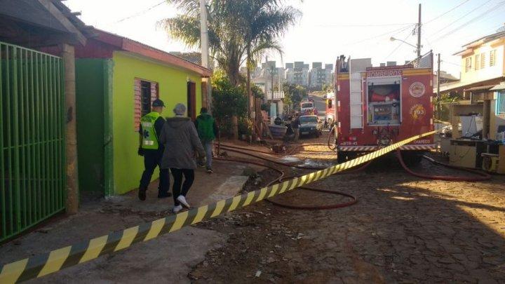 INCÊNDIO ATINGE RESIDÊNCIAS EM CHAPECÓ, NA MANHÃ DESTA QUINTA-FEIRA