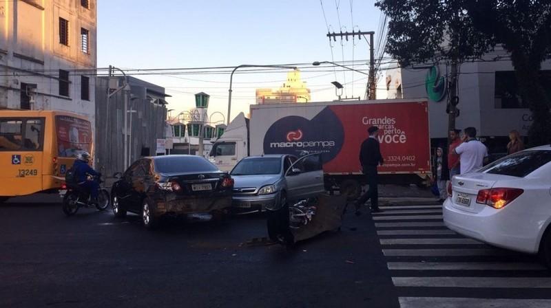 CHAPECÓ – Acidente de trânsito envolvendo cinco veículos
