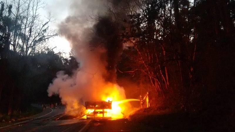Após colisão violenta, motocicleta e caminhão explodem na BR-153 em Concórdia