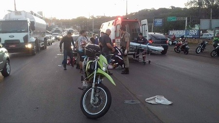 Acidente grave entre veículo e motocicleta é registrado no bairro Efapi em Chapecó