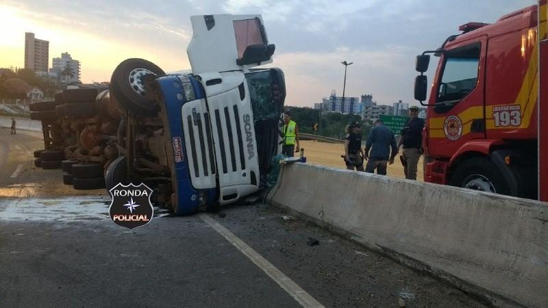 Carreta carregada de soja tomba na curva do viaduto em Xanxerê – Vídeo