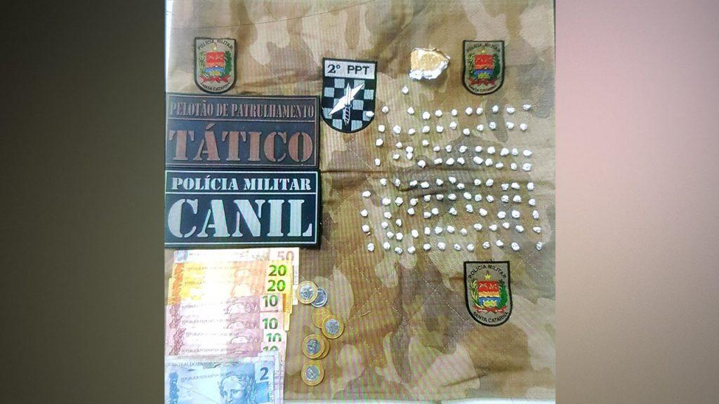 PELOTÃO PATRULHAMENTO TÁTICO APREENDE DINHEIRO E CRACK EM CHAPECÓ