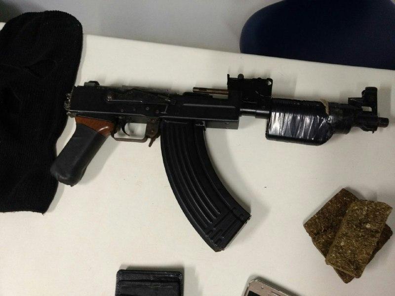 PM estoura ponto tráfico e encontra imitação de Fuzil AK-47