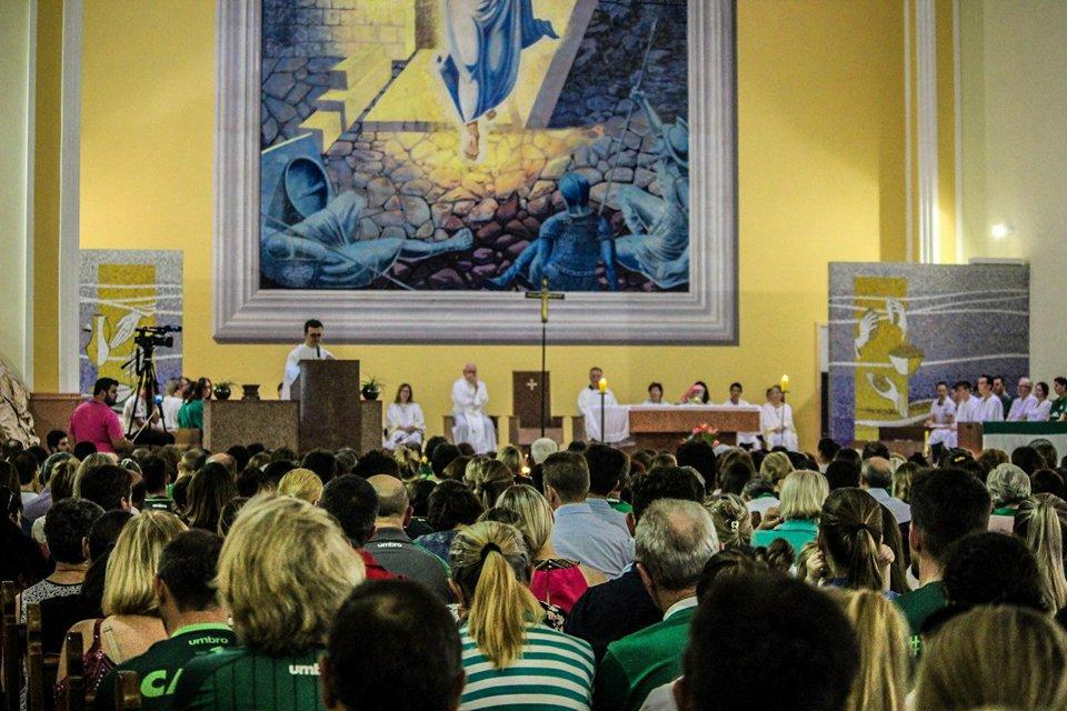Centenas de fiéis participaram da missa em alusão ao primeiro ano da tragédia aérea