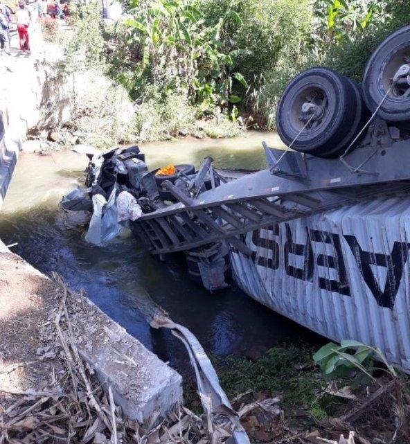 União do Oeste – Caminhão cai em rio