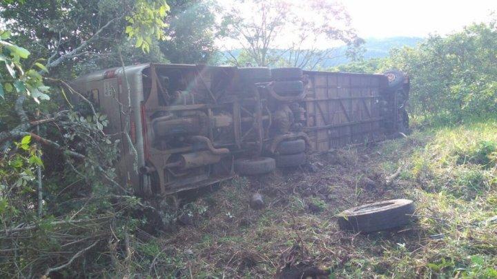 Ônibus com universitários sofre acidente na Serra do Goio-Ên
