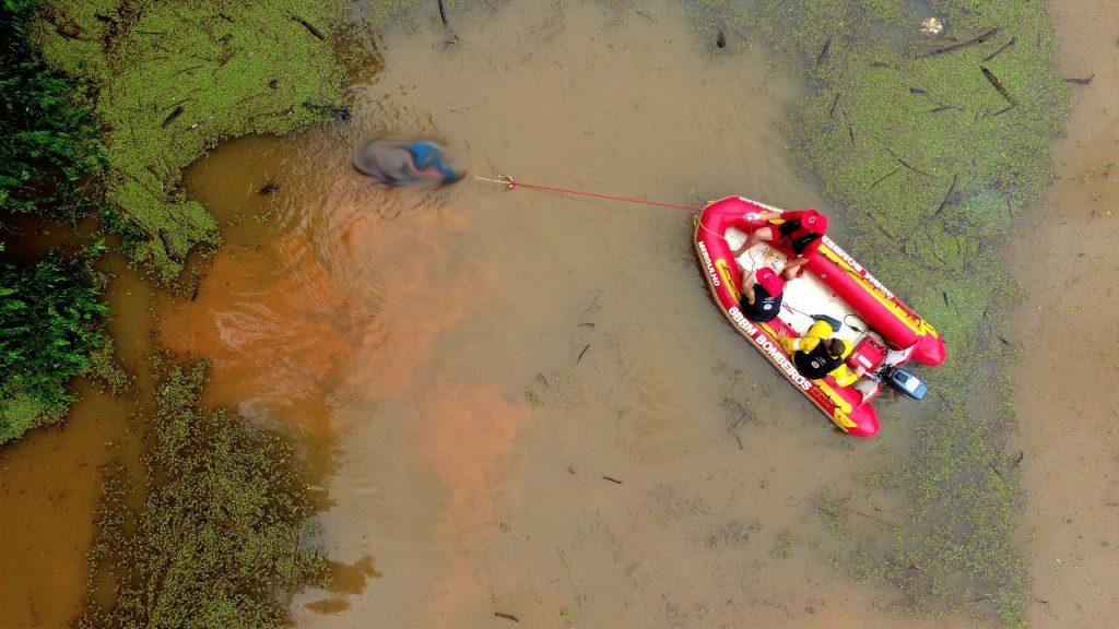 Um corpo é encontrado boiando no rio – Fotos e vídeos
