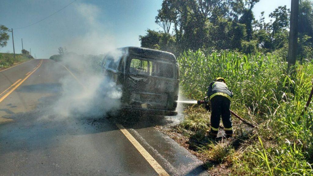 Duas Kombi pegaram fogo em menos de 24 horas na região oeste