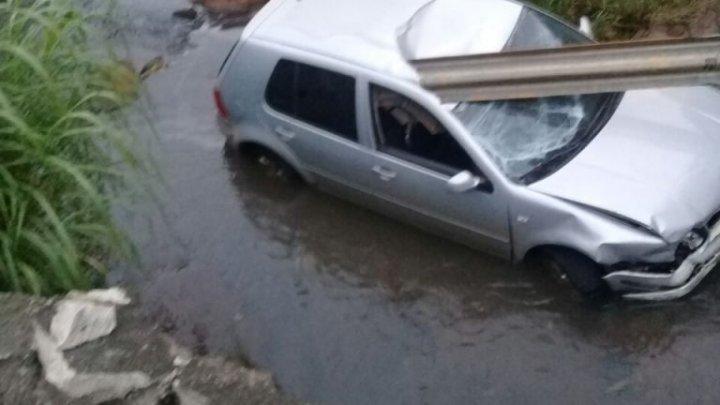 CHAPECÓ: Carro cai em riacho