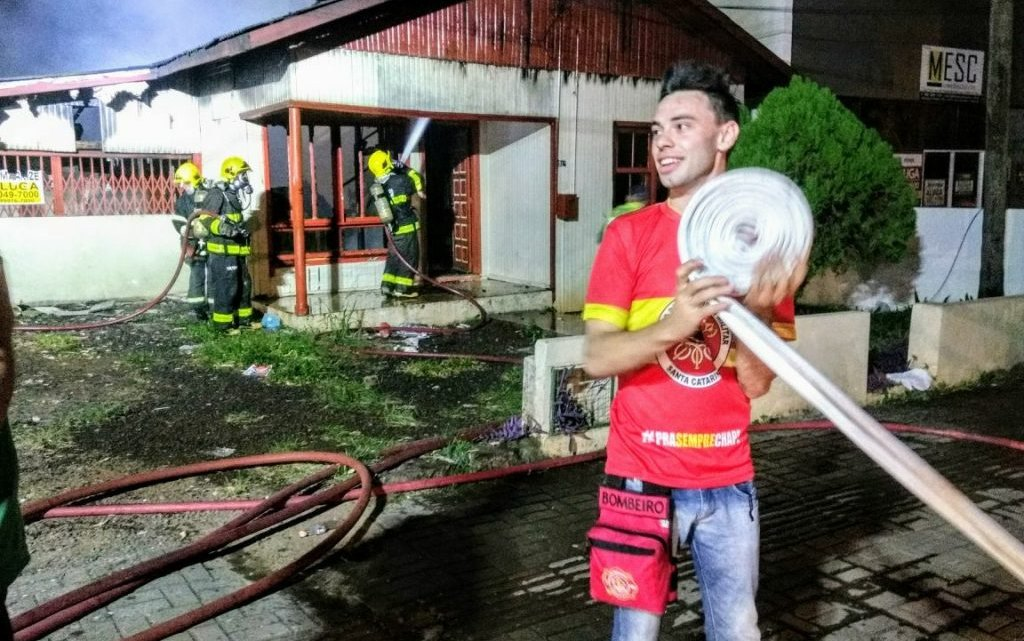 Residência é totalmente atingida por incêndio em Chapecó – Jovem civil iniciou combate as chamas