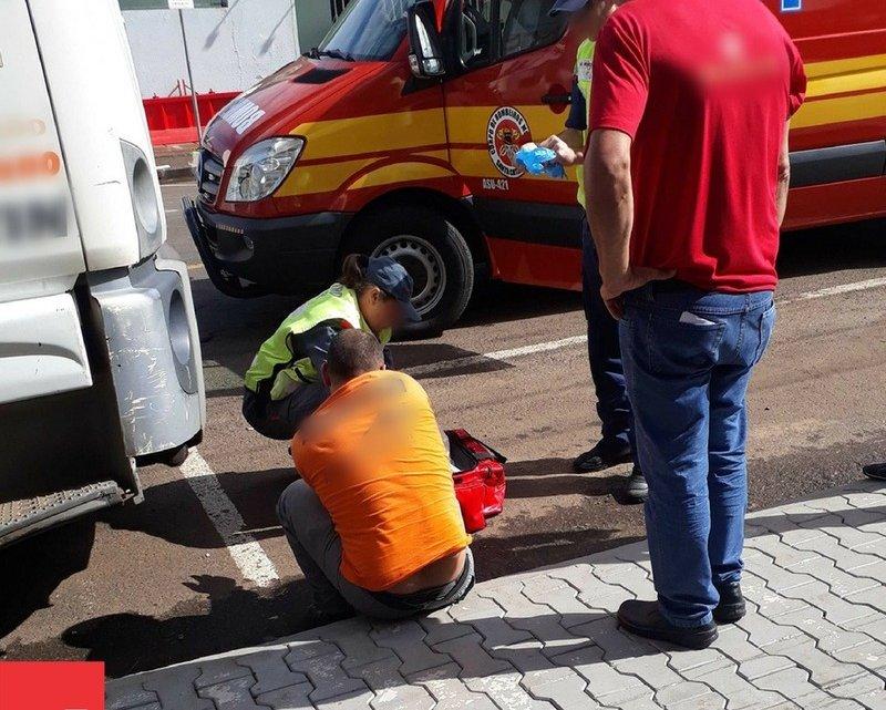 Homem descendo do caminhão no Centro de Xaxim enrosca aliança e fica sem o dedo
