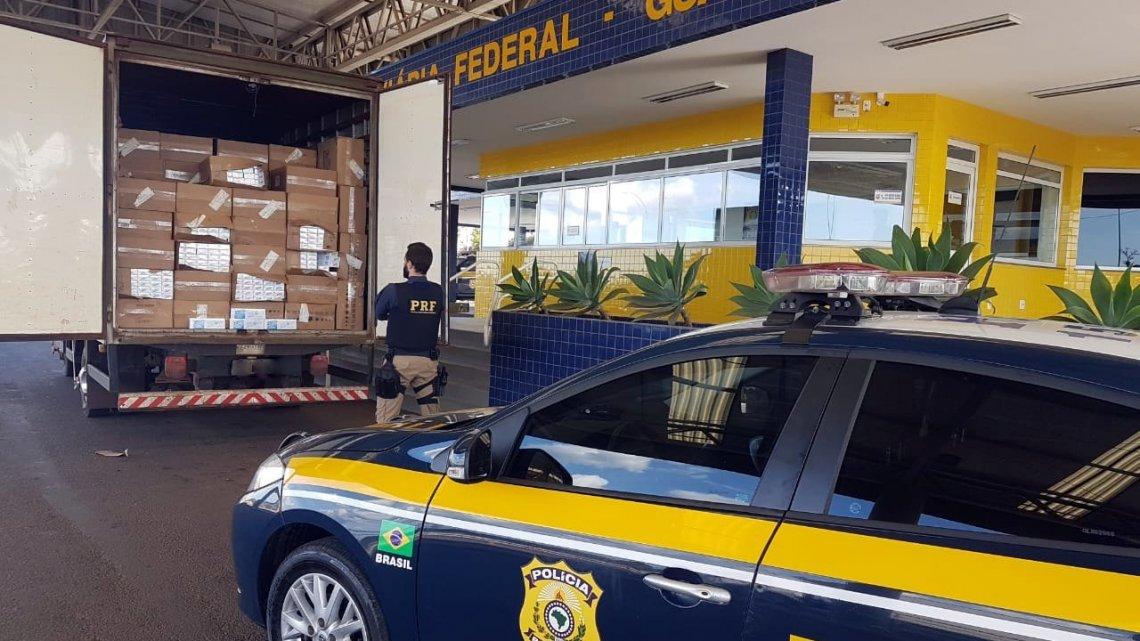 Caminhão com 125 mil maços de cigarros contrabandeados é apreendido no oeste de Santa Catarina