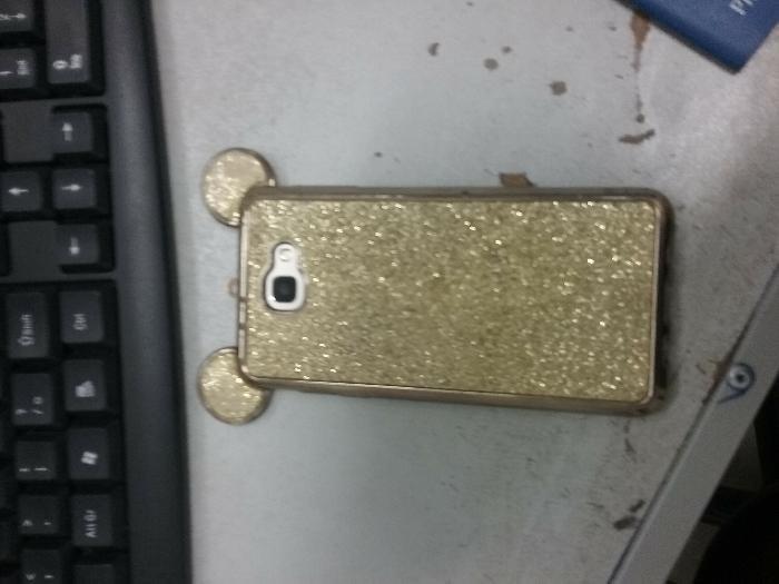 Funcionária de loja é presa por furtar celular de cliente