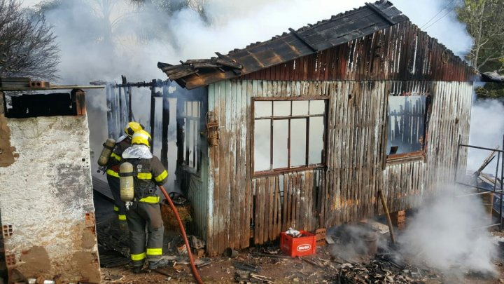 Casa é destruída em incêndio no Belvedere