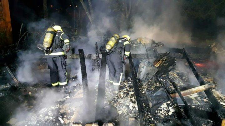 Casa fica totalmente destruída em incêndio no bairro Efapi