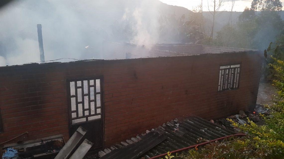 Casa é destruída por incêndio no Goio-ên