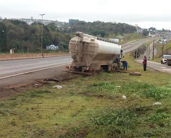 Caminhoneiro pega no sono e perde o controle do veículo no acesso de Chapecó