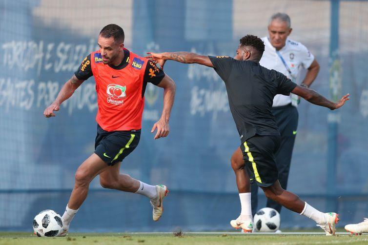 Seleção brasileira faz treino preparativo para o jogo com o México