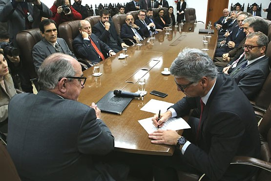 Governador interino de SC sanciona criação de 462 cargos comissionados