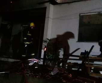 Bombeiros atendem incêndio em residência de Quilombo