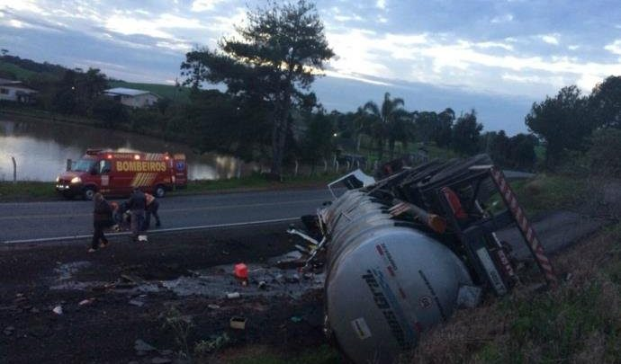 Carreta de Chapecó tomba no RS vazando 43 mil litros de etanol