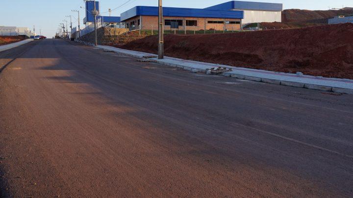 Ruas do Distrito Industrial recebem asfalto