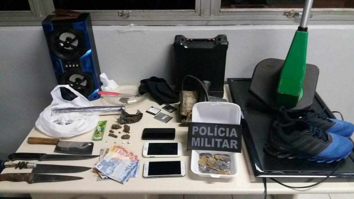 PM com auxílio do canil estoura ponto de tráfico de drogas na Vila Páscoa