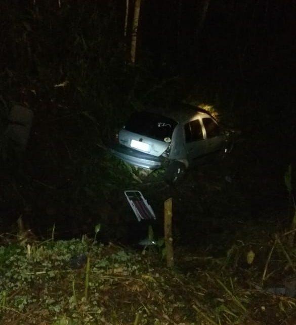 Veículo sai da pista e cai em ribanceira em Saudades