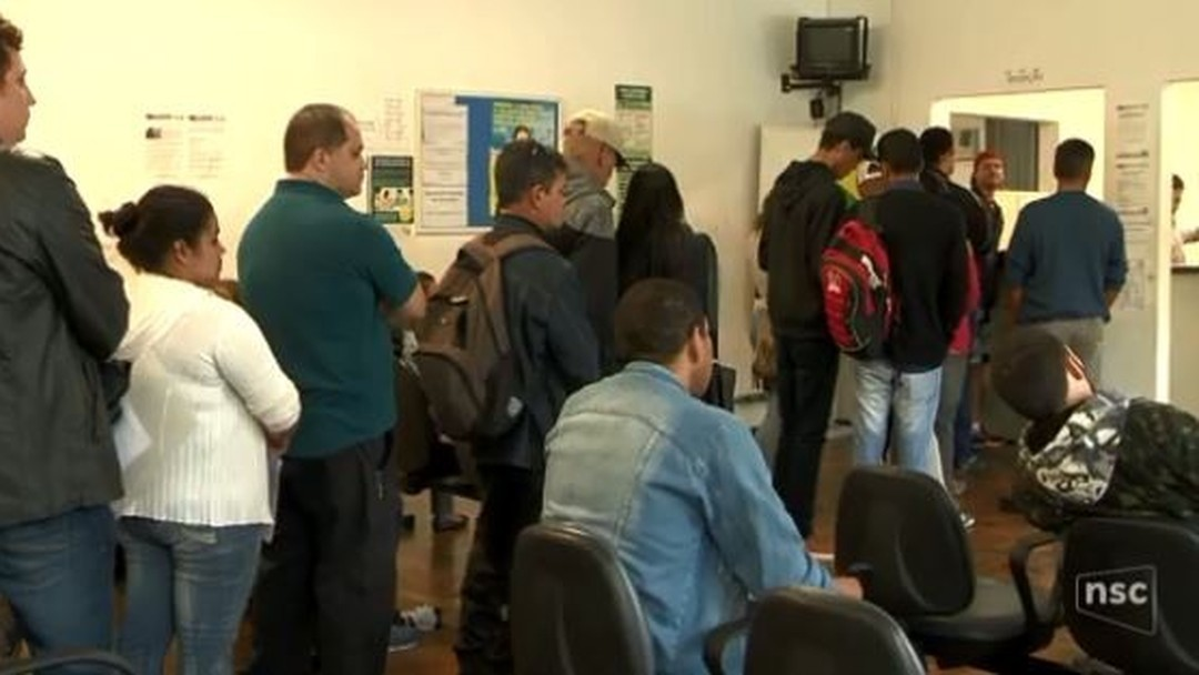 Cerca de 500 pessoas fazem fila para tentar uma vaga temporária de trabalho na Oktoberfest