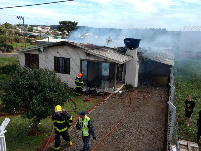 Incêndio destrói residência no bairro Efapi – Vídeo